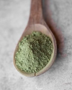 spoonful of green kratom powder
